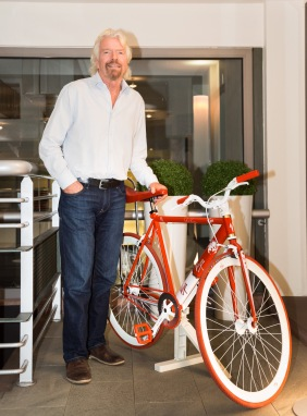 Richard Brandson e la bicicletta d'autore aerografata da Tarantola, acquistata dal fondatore della Virgin